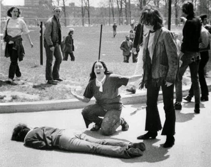Una de las imágenes emblemáticas de la masacre perpetrada por la Guardia Nacional contra los que protestaban contra la guerra de Vietnam. Neil Young escribió contra el responsable, Nixon, a quien menciona en s.jpg