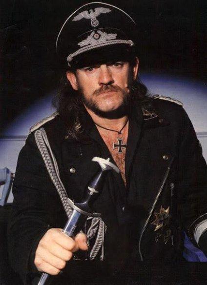 Lemmy Kilmister ataviado con piezas de su colección de memorabilia nazi sin que nadie lo tenga por tal.jpg