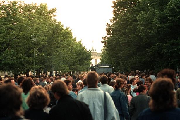 Al otro lado miles de alemanes orientales se acercaron al muro para escuchar a Bowie a pesar de los guardias.jpg