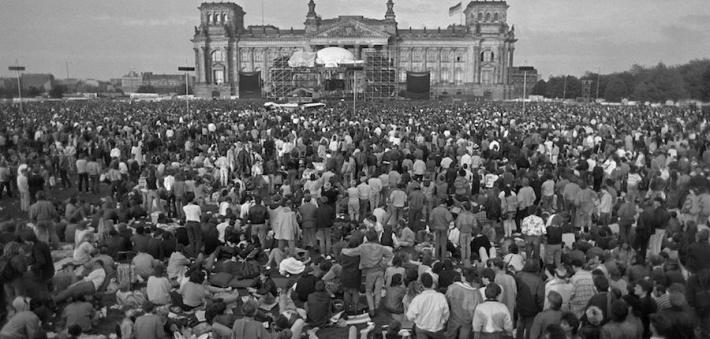 Concierto de Bowie ante el Reichtag, muy cerca del muro.jpg