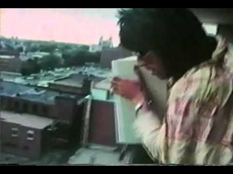 Keith Richards a punto de tirar la tele por la ventana del 'hotel del jaleo'.jpg