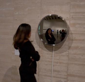 Kristine Guzman frente a Espejito 2001 de Pilar Albarracín