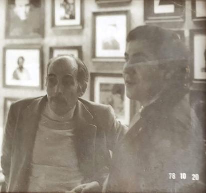 Miguel Escanciano con con el pintor Juan Barjola en la galería Maese Nicolás (1978). Archivo de la familia Quindós.