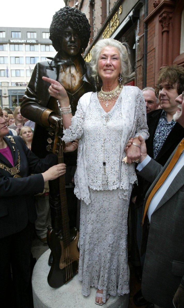 Philomena, la madre de Phil Lynott, de Thin Lizzy, posa junto a la estatua que en Dublín recuerda a su malogrado chaval.jpg