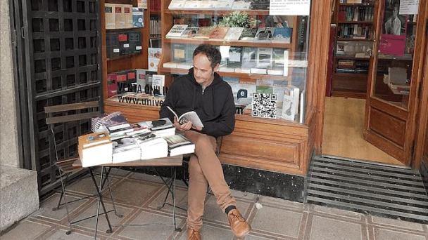 Héctor Escobar en la Librería Universitaria.