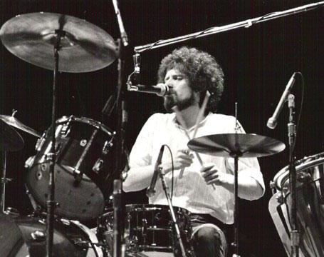 Don Henley llevando el ritmo y cantando el tema más universal de Eagles.jpg