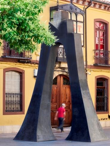 Corinne van Bergen. Arco, 1998-2002. Vista en la plaza Torres de Omaña (León). Foto: Jesús Castrillo.